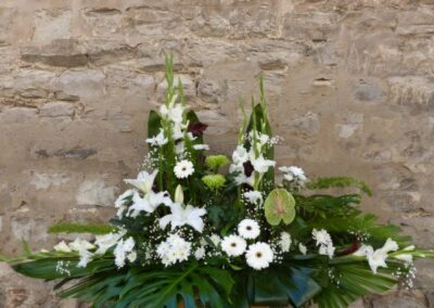 Centro en alto, de las flores variadas, blanco