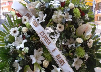 Corona blanca de flores variadas