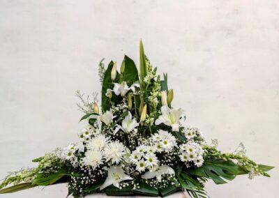 Centro de flores variadas, blanco, una cara en alto.