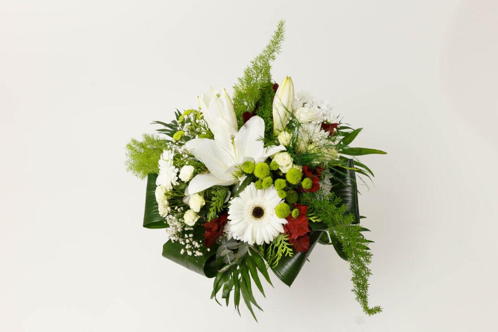 Ramo de flores variadas, blancas.