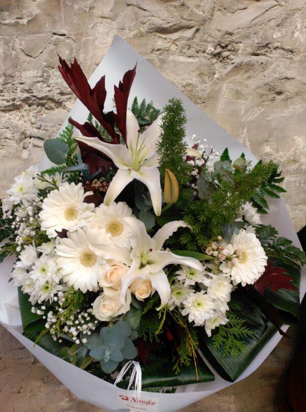 Ramo blanco de flores variadas
