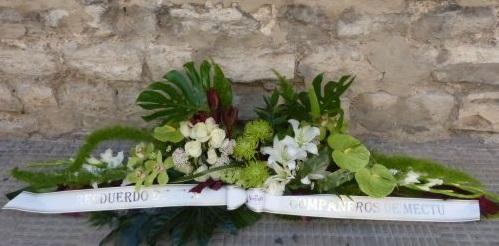 Centro blanco para funeral, de flores variadas.